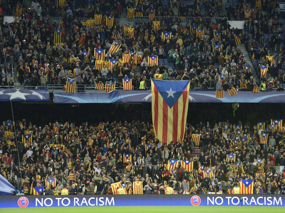 Banderas independentistas catalanas en un partido.