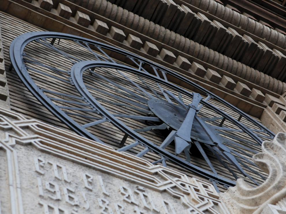 Reloj de la fachada del Ayuntamiento de Zaragoza.