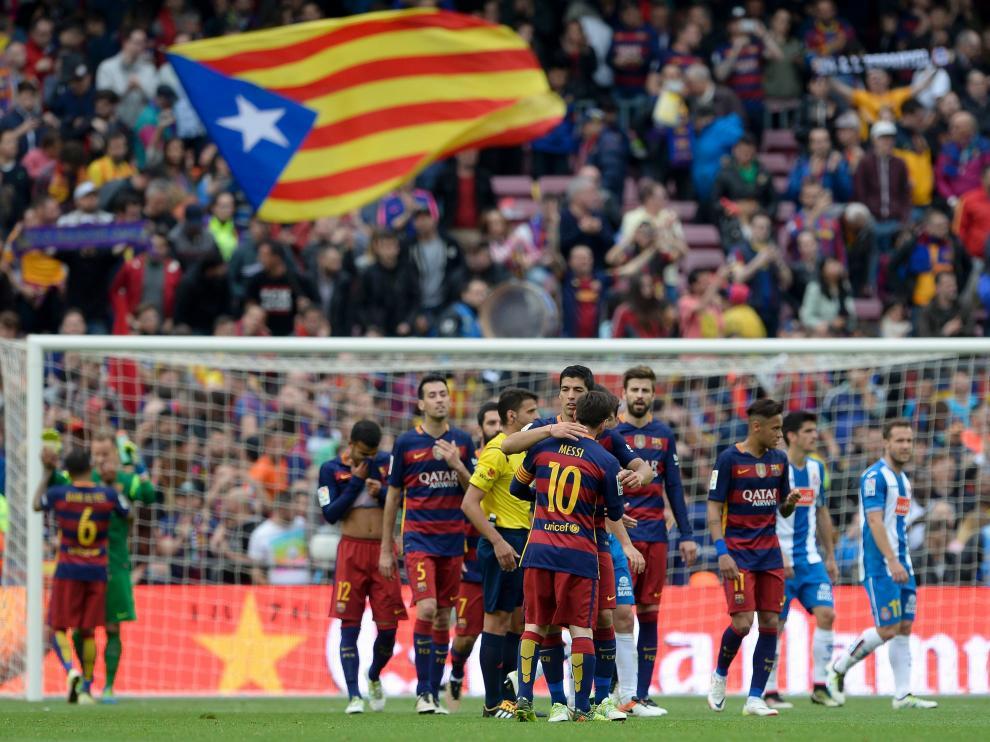Una estelada en la grada del Camp Nou, durante el partido de Liga entre el Barça y el Espanyol