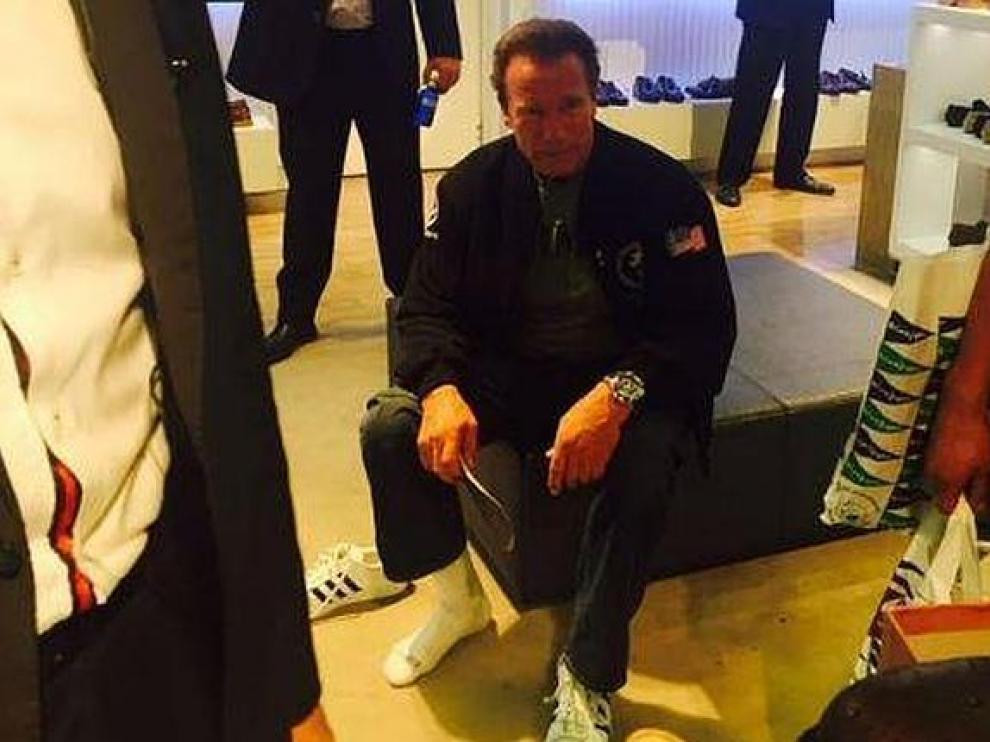 Arnold Schwarzenegger se prueba unos zapatos en El Corte Inglés de Barcelona.