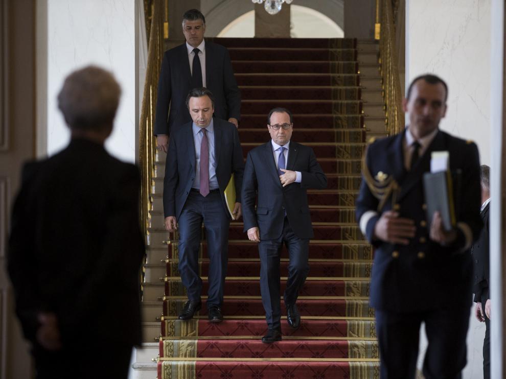 El presidente galo, François Hollande (c), se dirige a participar en una conferencia nacional sobre Handicap en el Palacio del Elíseo en Parí