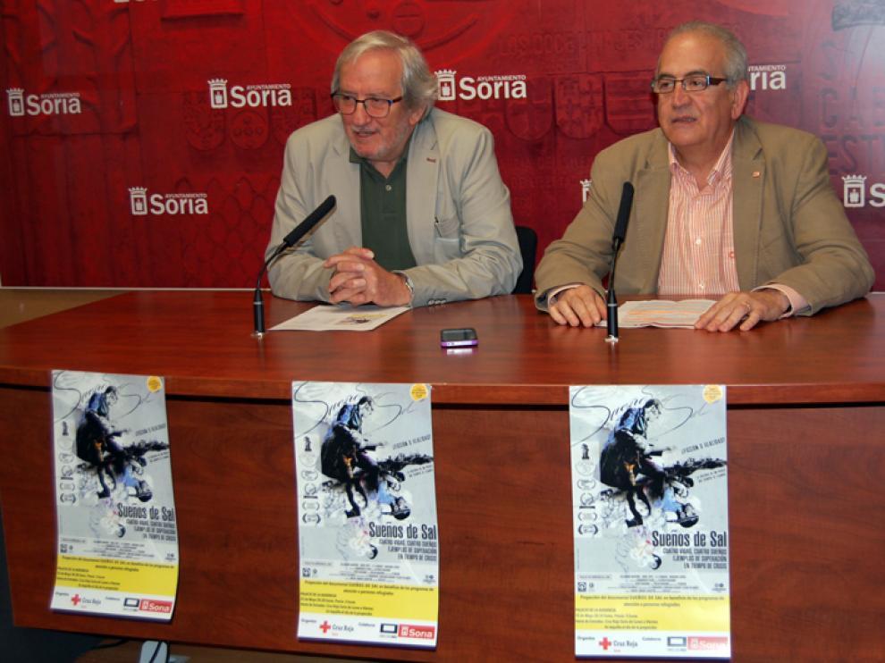 El concejal de Cultura del Ayuntamiento, Jesús Bárez, junto a  Modesto Fernández, presidente de Cruz Roja, en rueda de prensa.