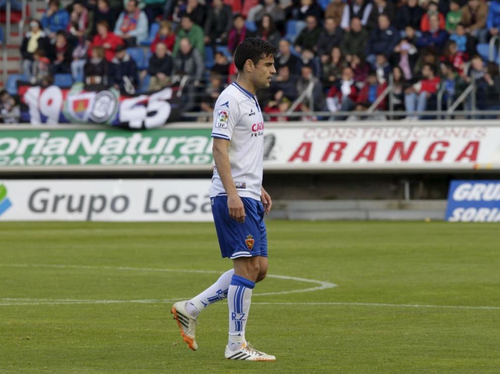 Albert Dorca, apesadumbrado, abandona el campo tras ser expulsado por López Amaya el pasado sábado en Soria.