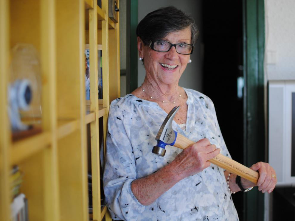 Pilar Elvira, de 81 años y campeona del mundo de remo indoor, posa con el martillo que reciben los ganadores