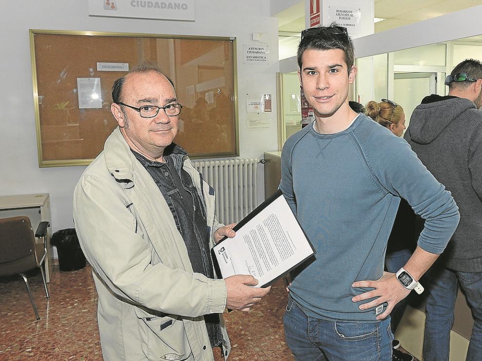 Luis Hernández y Carlos Bronchal, al entregar las firmas en el registro de entrada del Ayuntamiento.