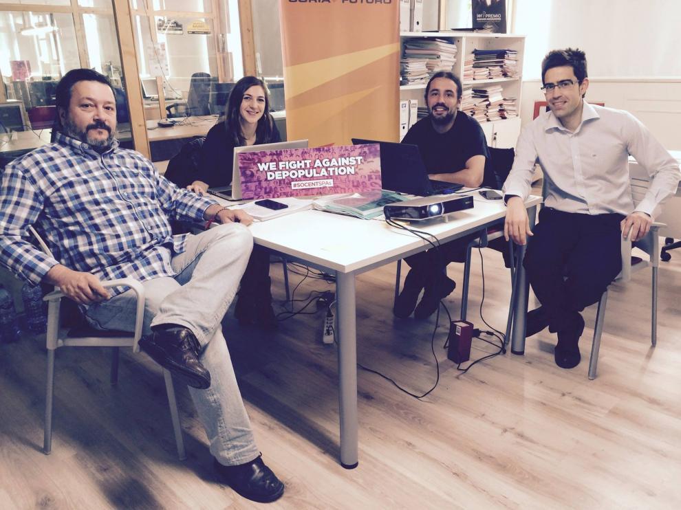 Joaquin Alcalde, director de Cives Mundi (1i) y Daniel Hernández, coordinador de El Hueco (2d), durante la preparación del II Encuentro de Emprendimiento Social