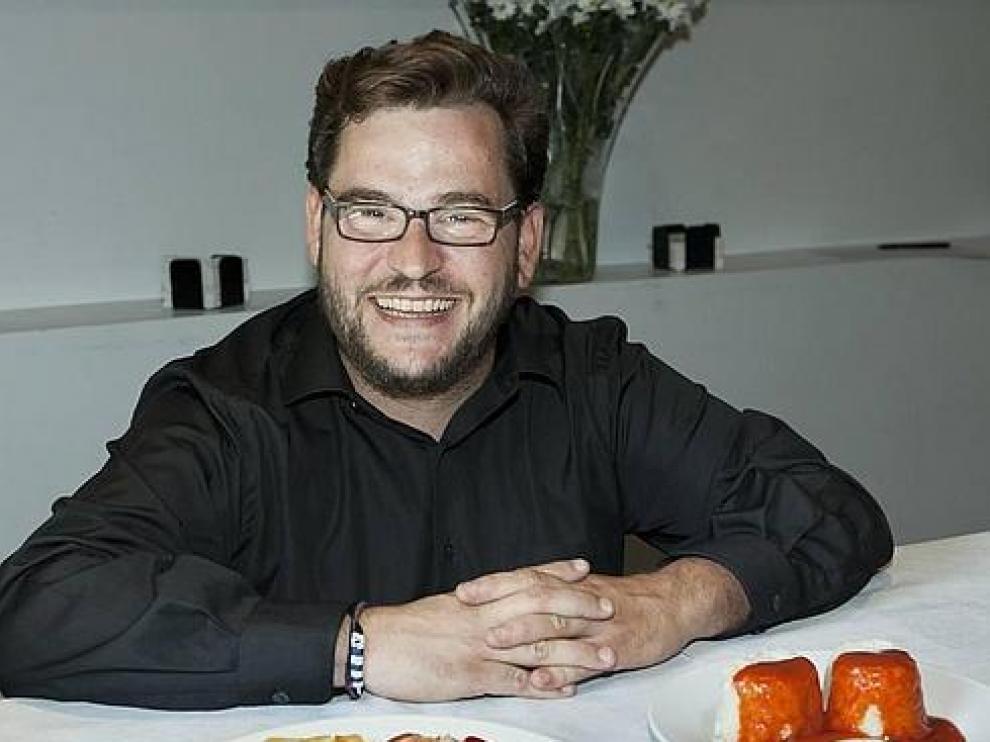 Javier Yzuel, natural de Sariñena, con su invento:  el huevo frito congelado.