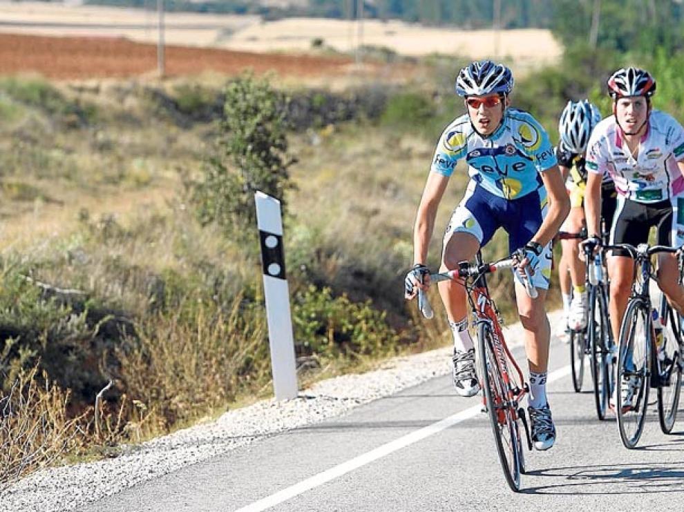 Un grupo de ciclistas recorre una carretera convencional de la provincia.