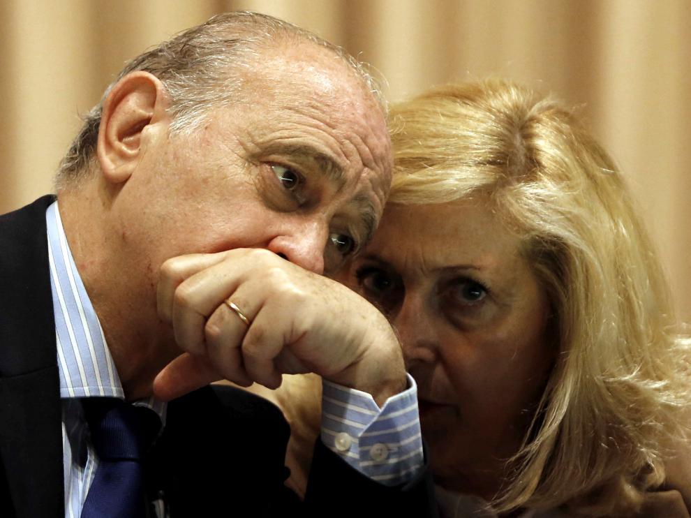 El ministro del Interior, Jorge Fernández Díaz (i) y la delegada del Gobierno en Madrid, Concepción Dancausa,