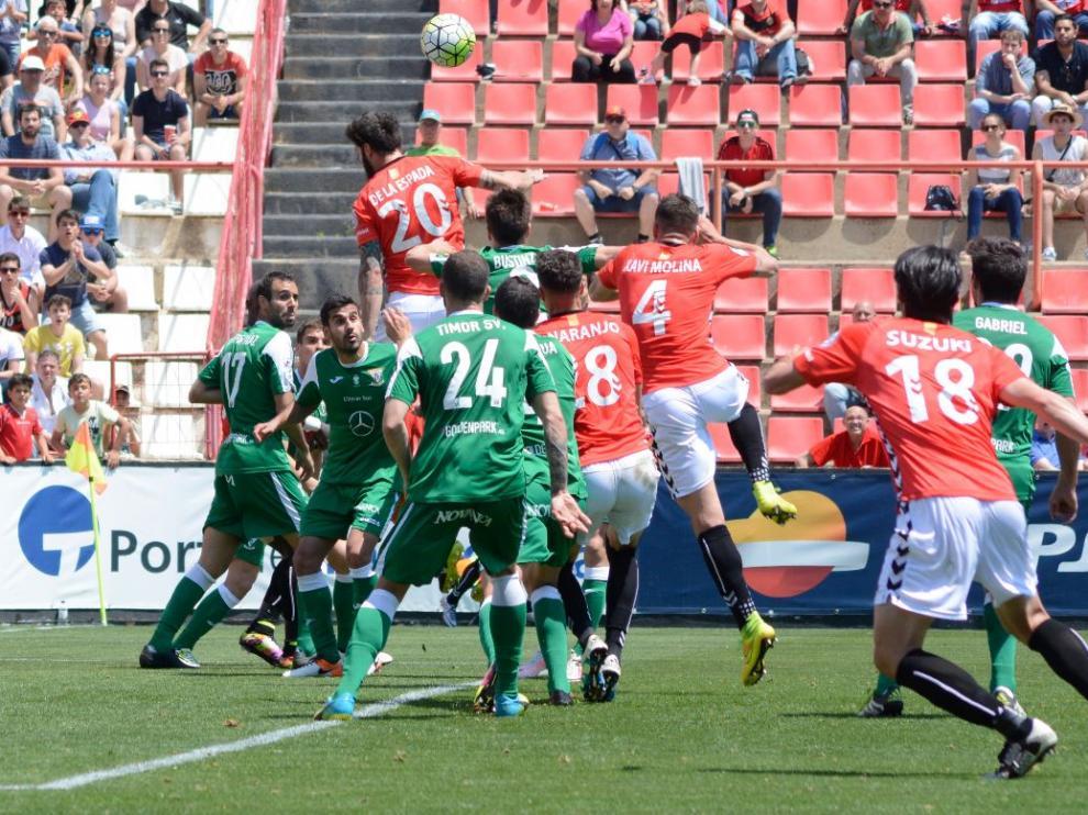 Los jugadores del Nástic rematan un córner sobre la portería del líder, el Leganés, en el partido del pasado domingo en Tarragona que acabó 0-0.