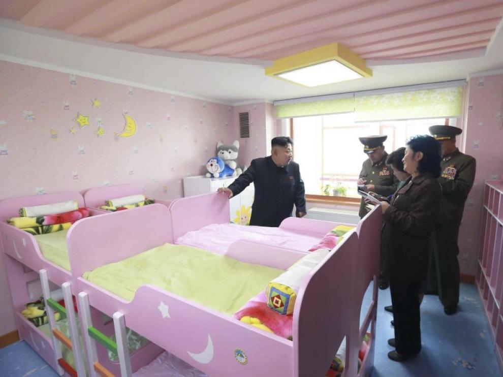 Kim Jong-un fumando durante una visita a un orfanato.