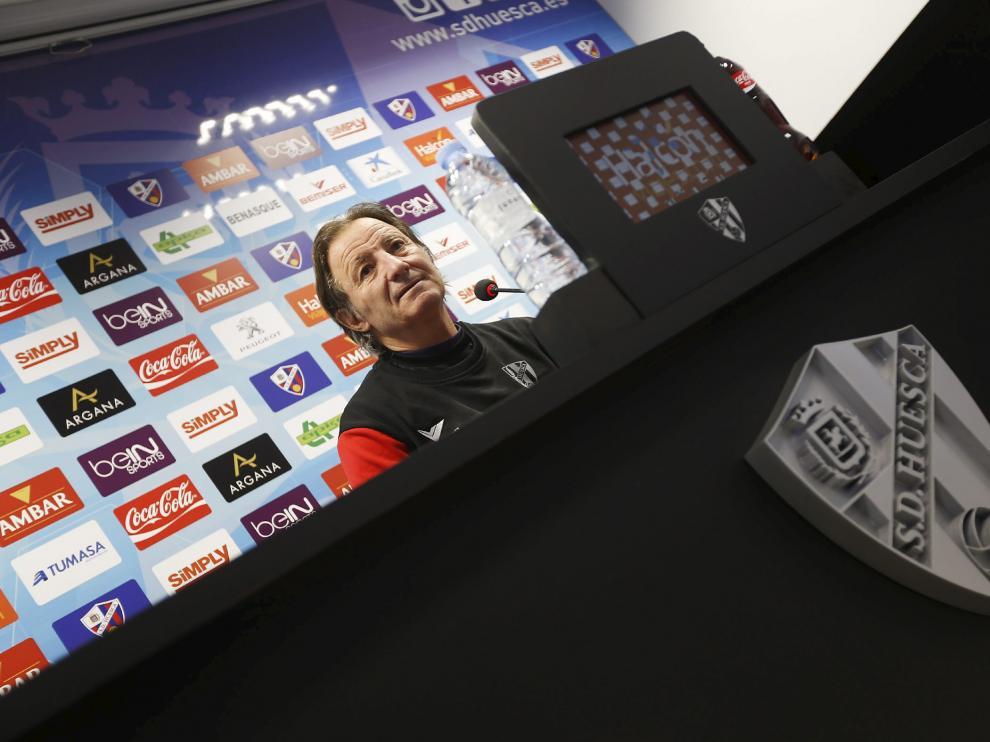 El entrenador del Huesca, Anquela, durante una rueda de prensa