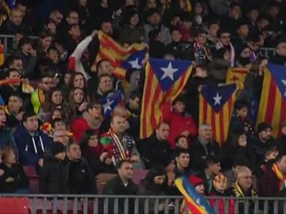 Esteladas en la grada en un partido del FC Barcelona.