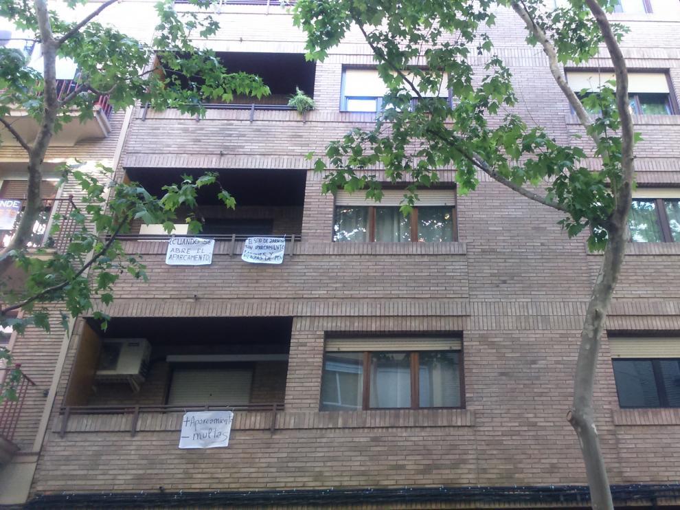 Las ventanas de los vecinos de la zona muestran su descontento por la falta de aparcamiento