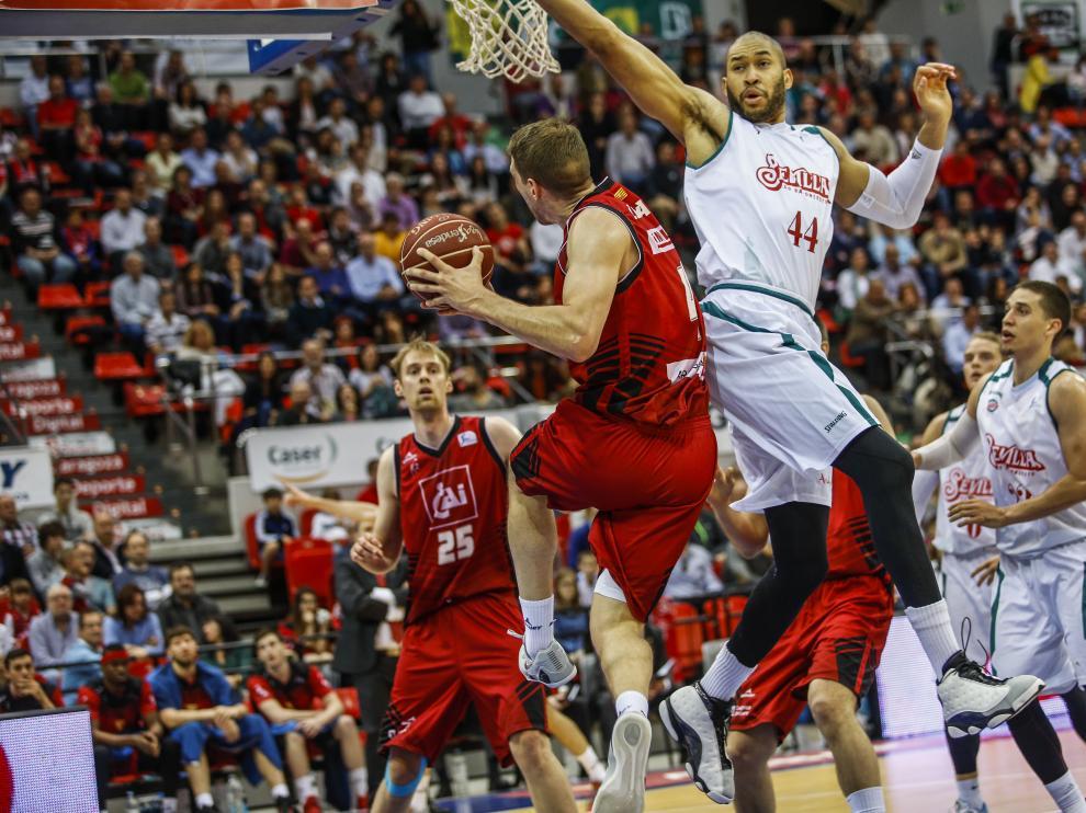 El CAI Zaragoza, durante el último partido en el Príncipe Felipe, ante el Baloncesto Sevilla
