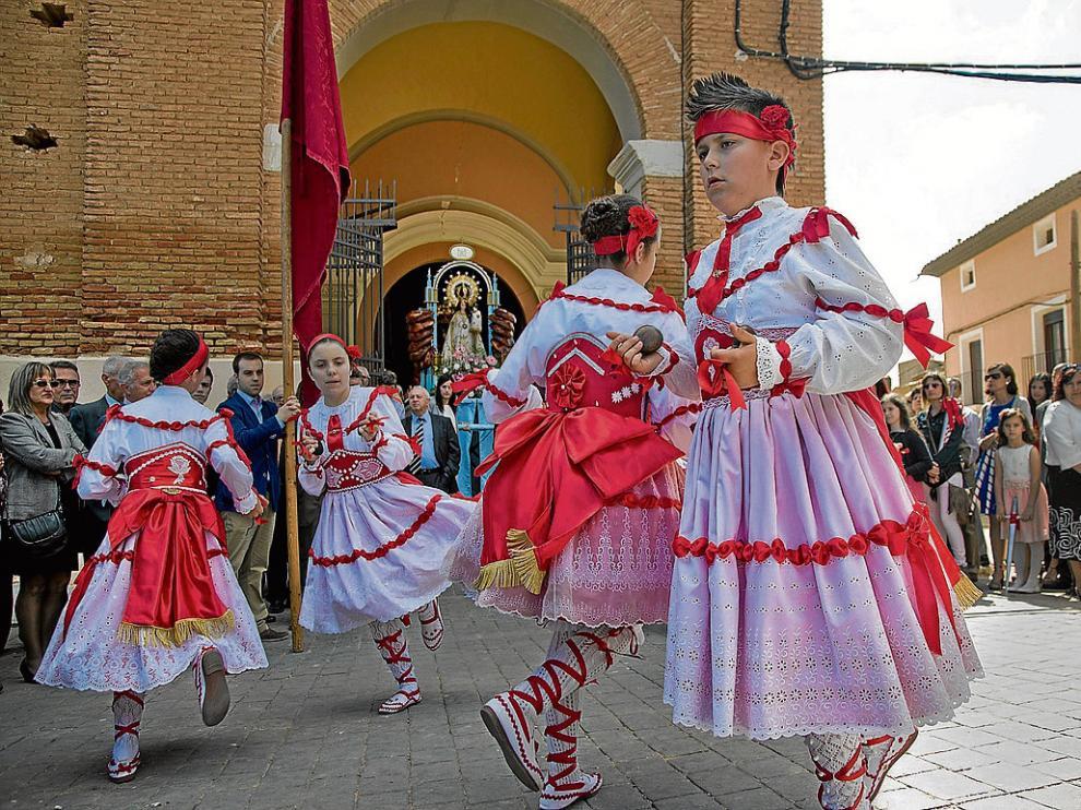 Los niños bailaron ayer por la mañana al santo en la puerta de la iglesia de Cetina.