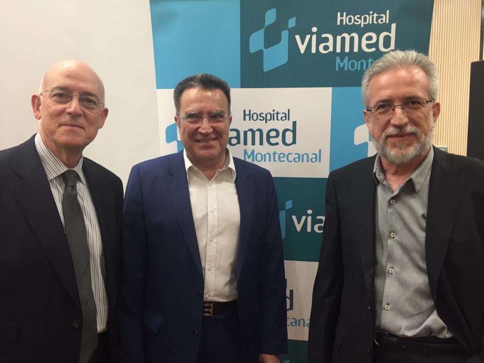 Dr. Marcelino Vila, Director Médico del Hospital, junto a los ponentes Dres. Fernando Martínez Ubieto y Julio Ducóns.
