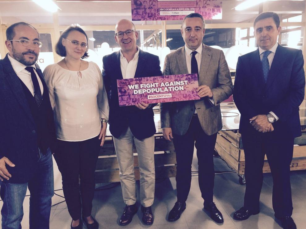 El director de Economía Social de la Junta, Jesús Rodríguez (2d) ha participado en la primera mesa redonda con Luis Rey, presidente de la Diputación (1i), y Carlos Martínez, presidente de Caja Rural (1d), entre otros.