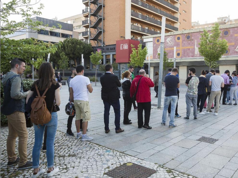 Las largas filas han sido una constante en las oficinas del Real Zaragoza en La Romareda desde el pasado martes, cuando se pusieron a la venta las entradas a precios especiales.