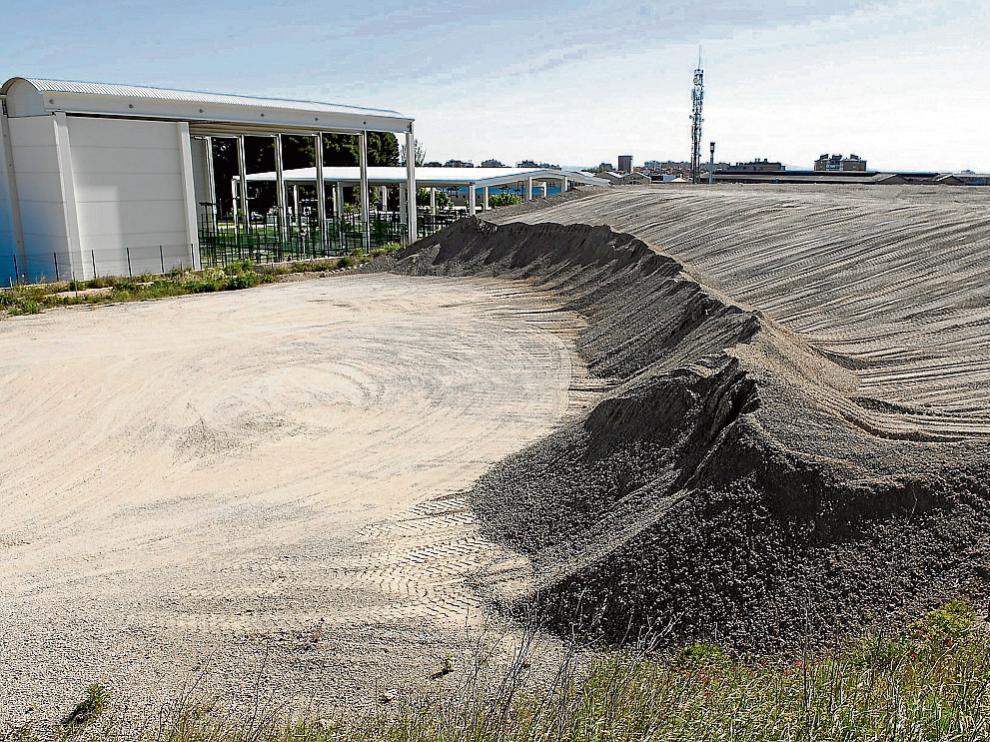 Los residuos del tranvía se acumulan desde 2009 junto a la prolongación de Gómez Laguna.