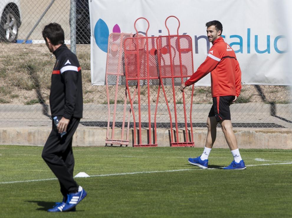 Lanzarote, con zapatillas, dialoga con el doctor Honorio Martínez a la salida del gimnasio en el entrenamiento de este viernes en la Ciudad Deportiva.