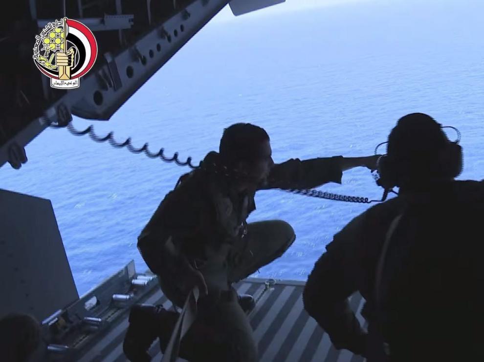 Captura de una emisión facilitada por el Ministerio de Defensa egipcio que muestra las labores de búsqueda del avión siniestrado de Egyptair.