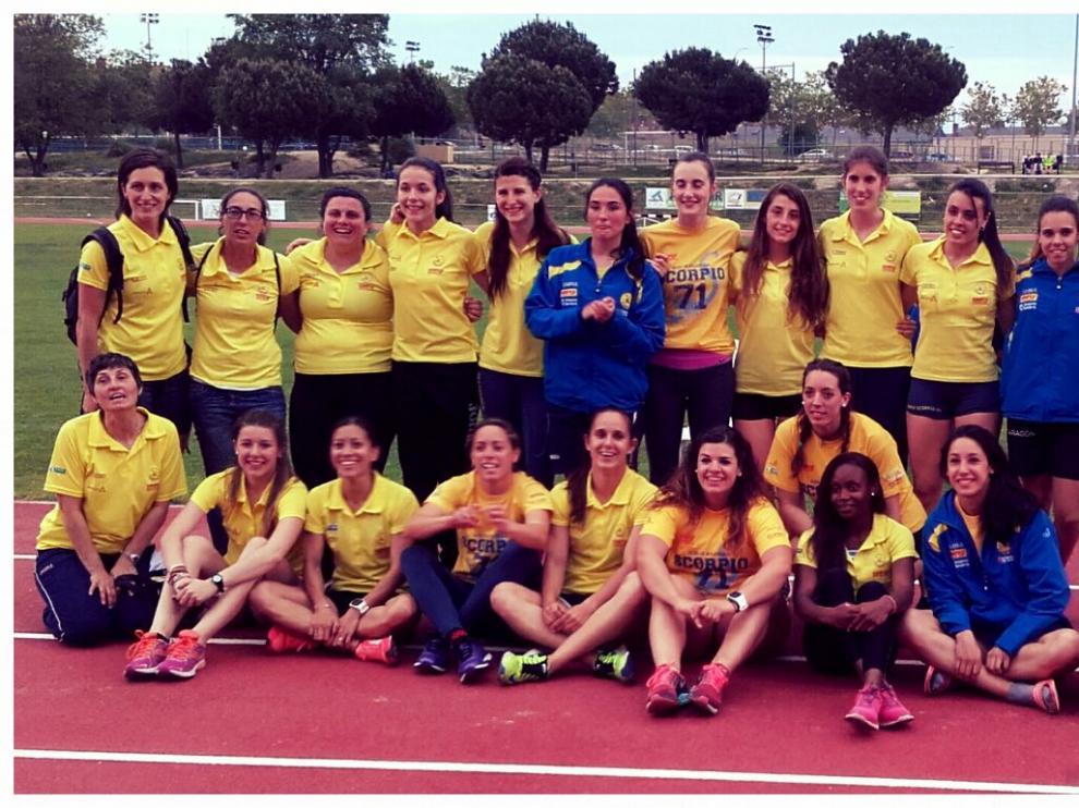 La escuadra femenina del Simply Scorpio, ayer en las pistas de atletismo de Alcorcón.