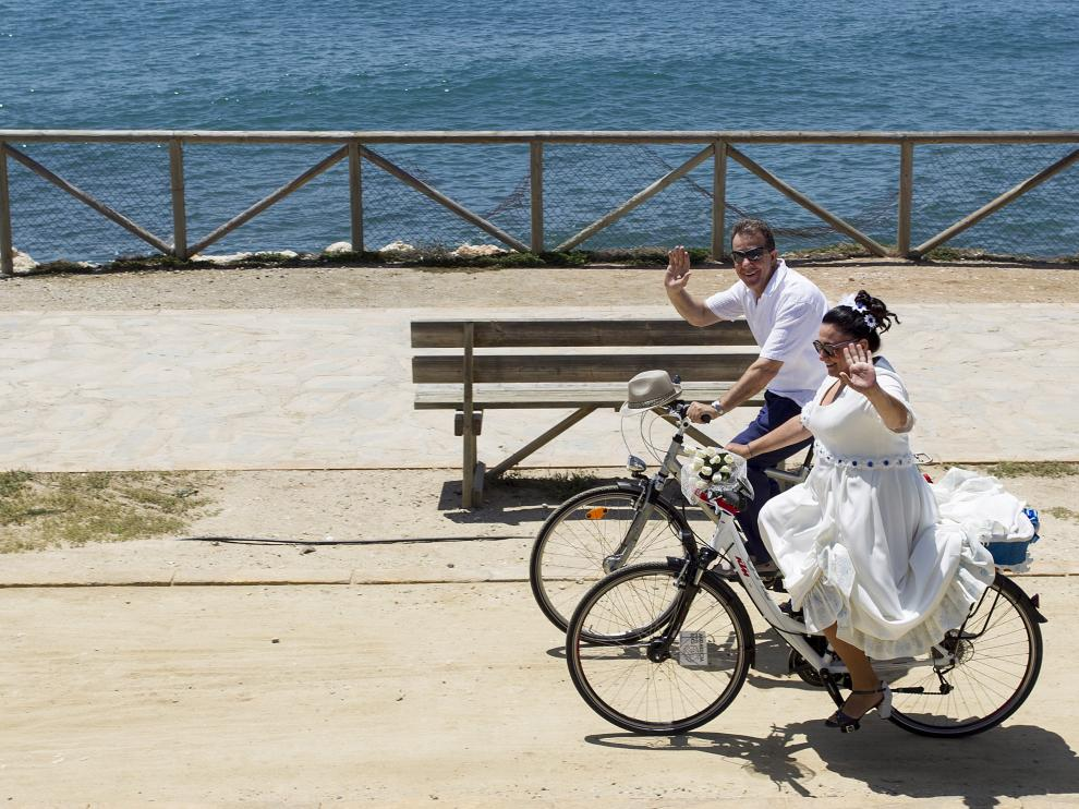 Mariví Maldonado y Juan Ramón García durante un momento del trayecto en bicicleta.