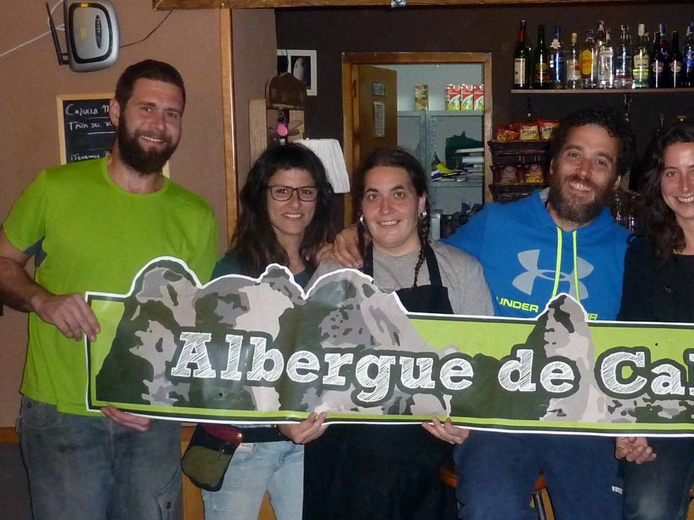 Diego, Irene, Rebeca, Israel, Rosa y Samuel, en el albergue de Calcena.
