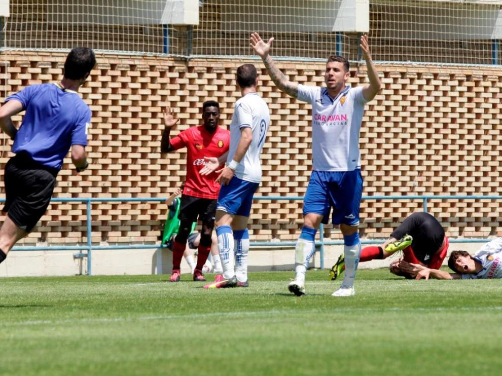 Momento en el que el central balear Raúl comete el penalti no pitado sobre el zaragocista Delmás, al inicio de la segunda parte.