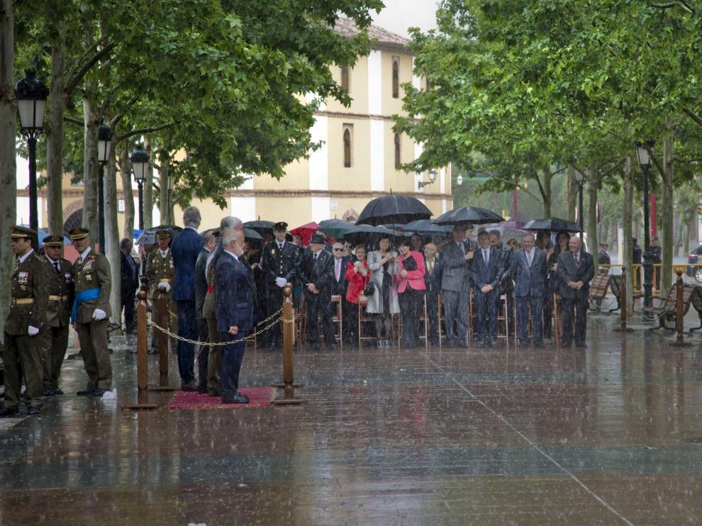 La lluvia empañó ayer el acto en el paseo del Barón de Warsage de Calatayud.