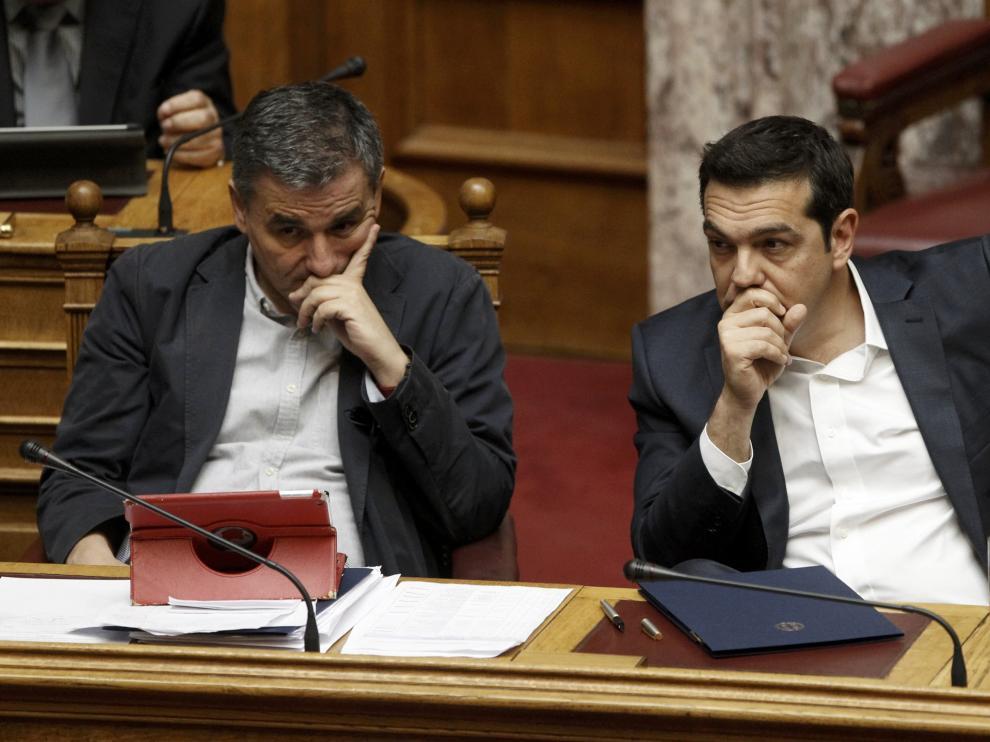 Tsakalotos y Tsipras en el Parlamento griego.
