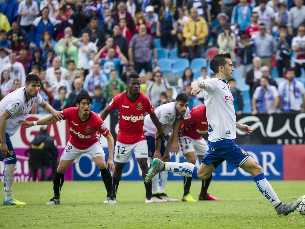 Momento en el que Manu Lanzarote patea el penalti ante la portería del Nástic, en el minuto 90. El balón se le marchó alto, con el portero Reina ya vencido a su derecha.