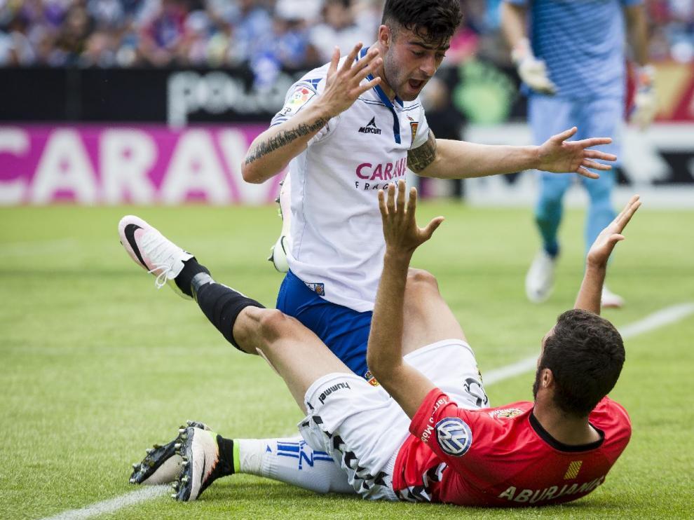 Rico se queja ante el georgiano Aburjania tras recibir un golpe en un forcejeo sobre la línea de fondo del Real Zaragoza en la primera mitad.