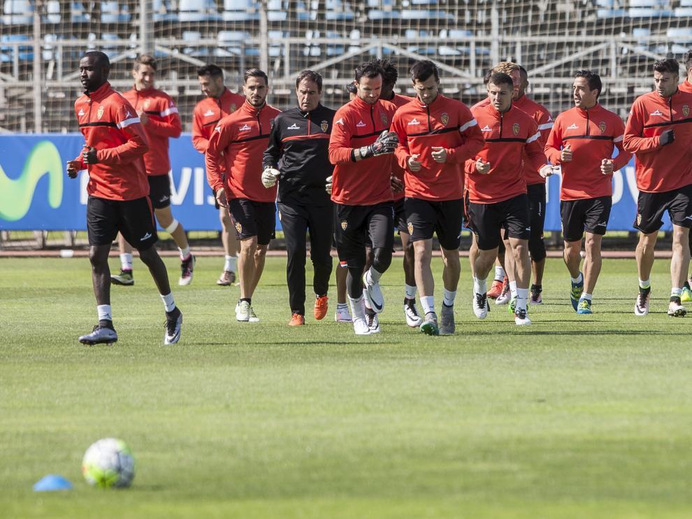 Los jugadores del Real Zaragoza entrenándose ayer en la Ciudad Deportiva.