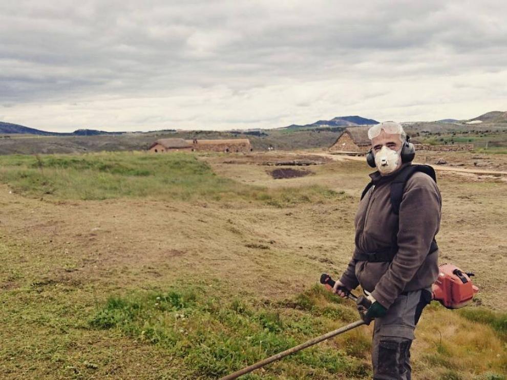 Tareas de desbroce llevadas a cabo por miembros de la asociación Tierraquemada en Numancia.