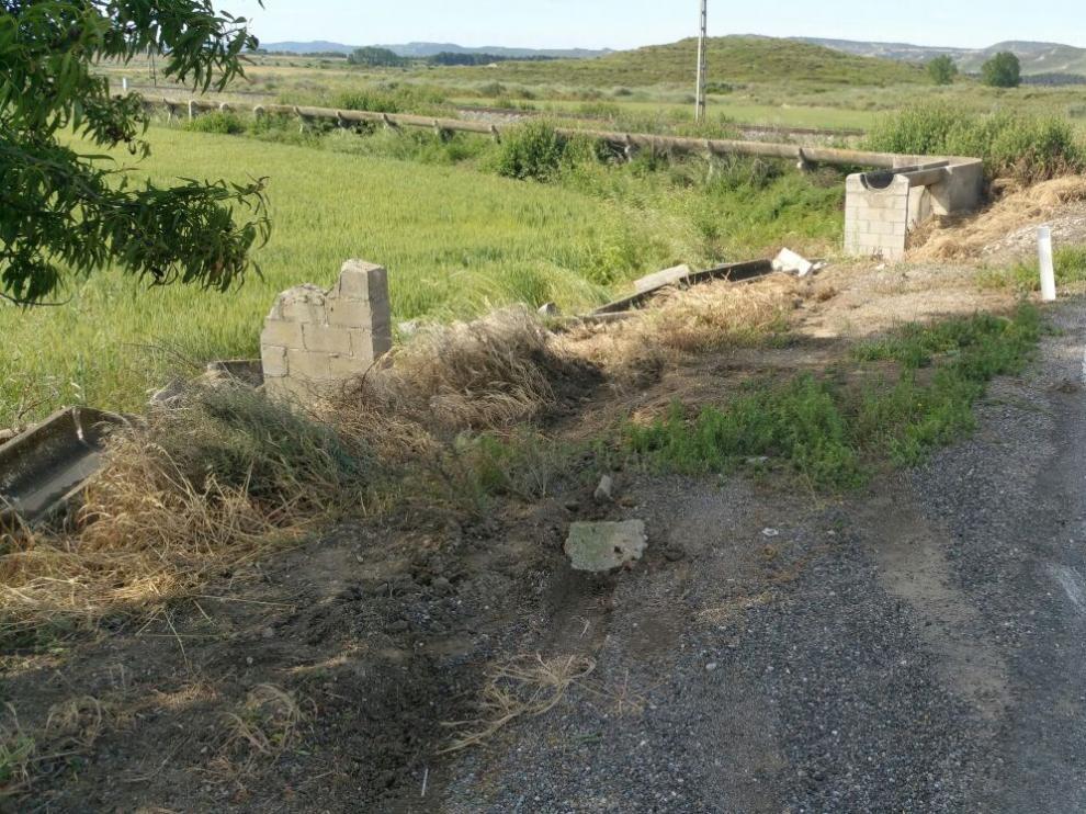 Imagen del lugar del accidente, en el que el vehículo ha impacto con los elementos de riego.