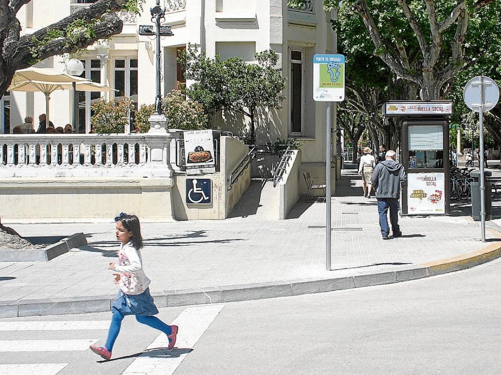 Se han colocado señales, como esta en la plaza de Navarra, para que se junten los escolares.