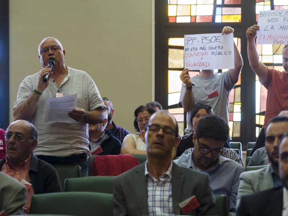 Varios miembros del comité de empresa de Auzsa intervienen en el pleno extraordinario sobre la huelga de autobuses.