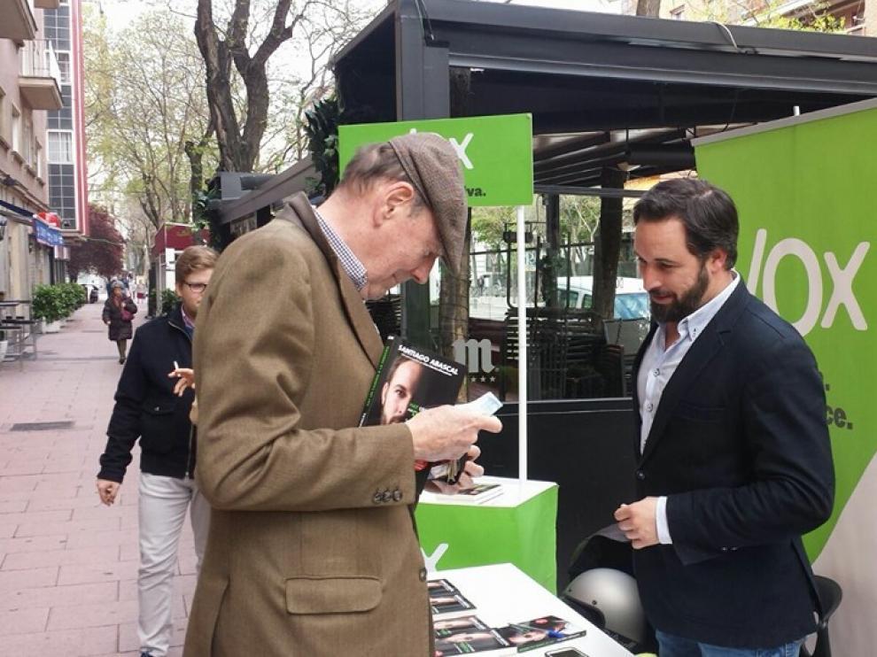 El presidente de VOX España, Santiago Abascal, firmando su libro 'Hay un camino a la derecha'