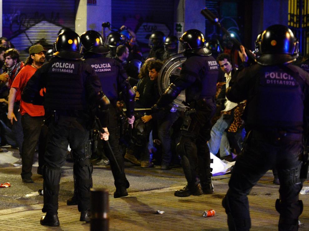 Incidentes tras el desalojo de una casa okupa en Barcelona.
