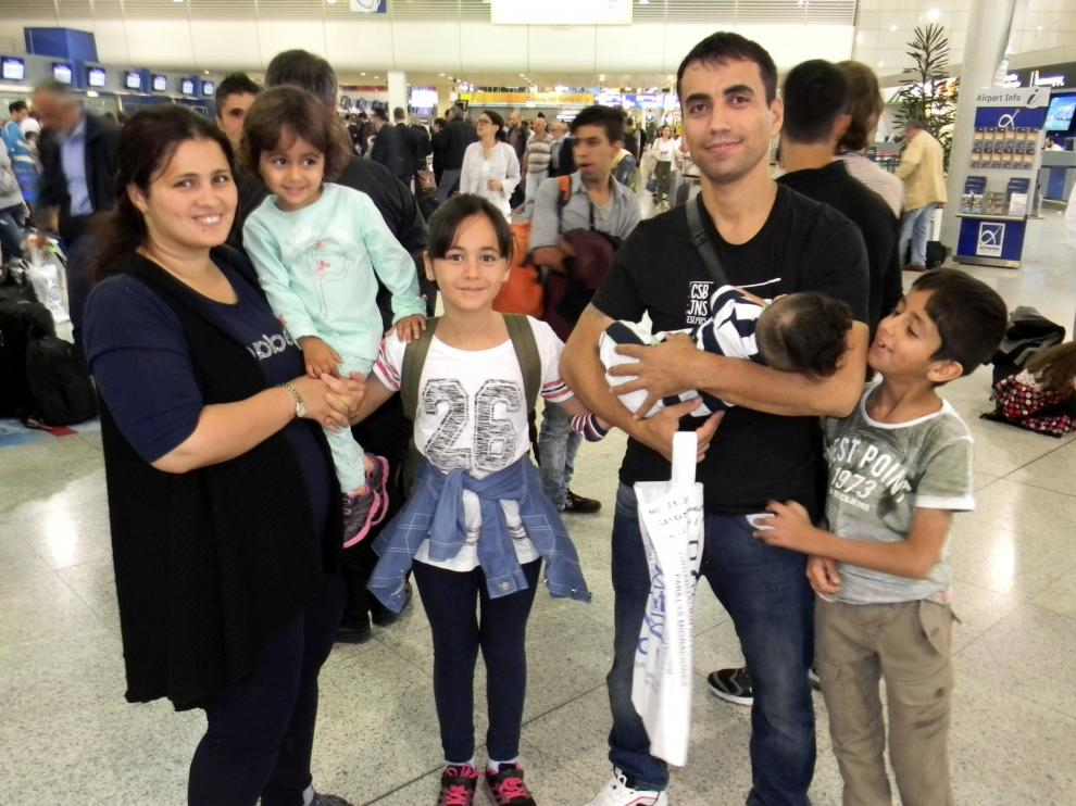La familia de refugiados que será acogida en Zaragoza, en el aeropuerto de Atenas.
