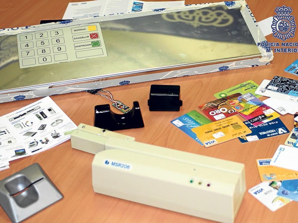 Material incautado por la Policía a una banda que falsificaba tarjetas, en imagen de archivo.