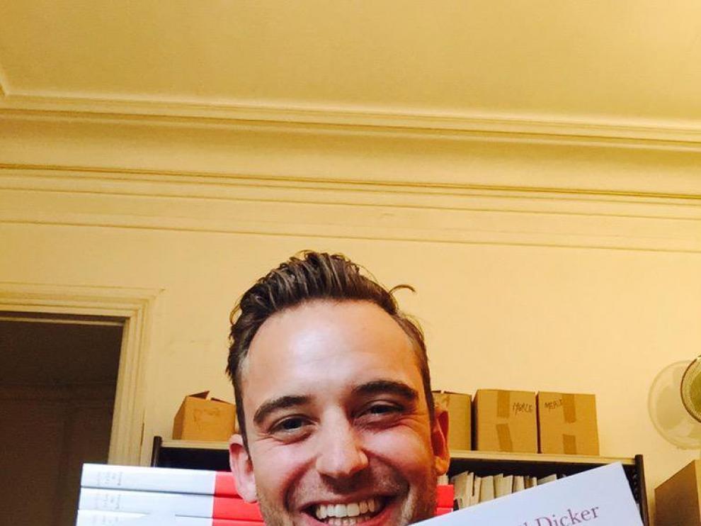 Joël Dicker con dos ejemplares de la edición francesa de 'El libro de los Baltimore'.