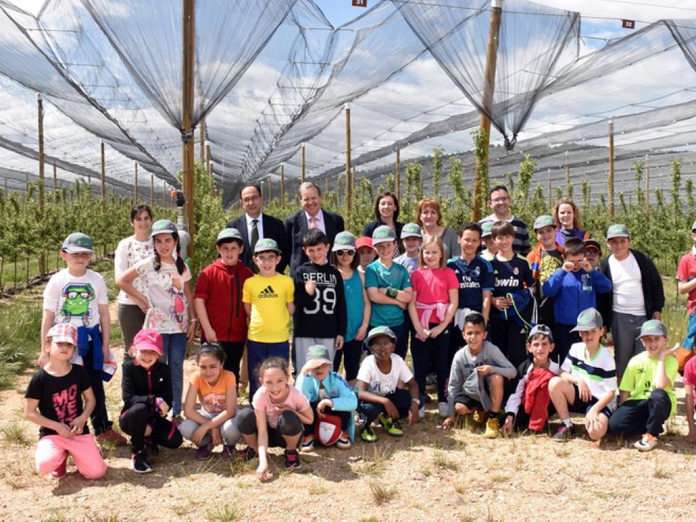 El delegado territorial Manuel López con los alumnos de Ágreda, en la plantación de Nufri