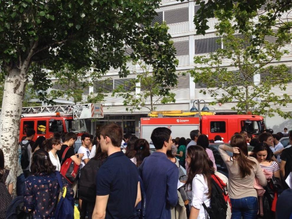 Los alumnos de la Facultad de Ciencias esperan en la calle a que los Bomberos finalizasen su trabajo