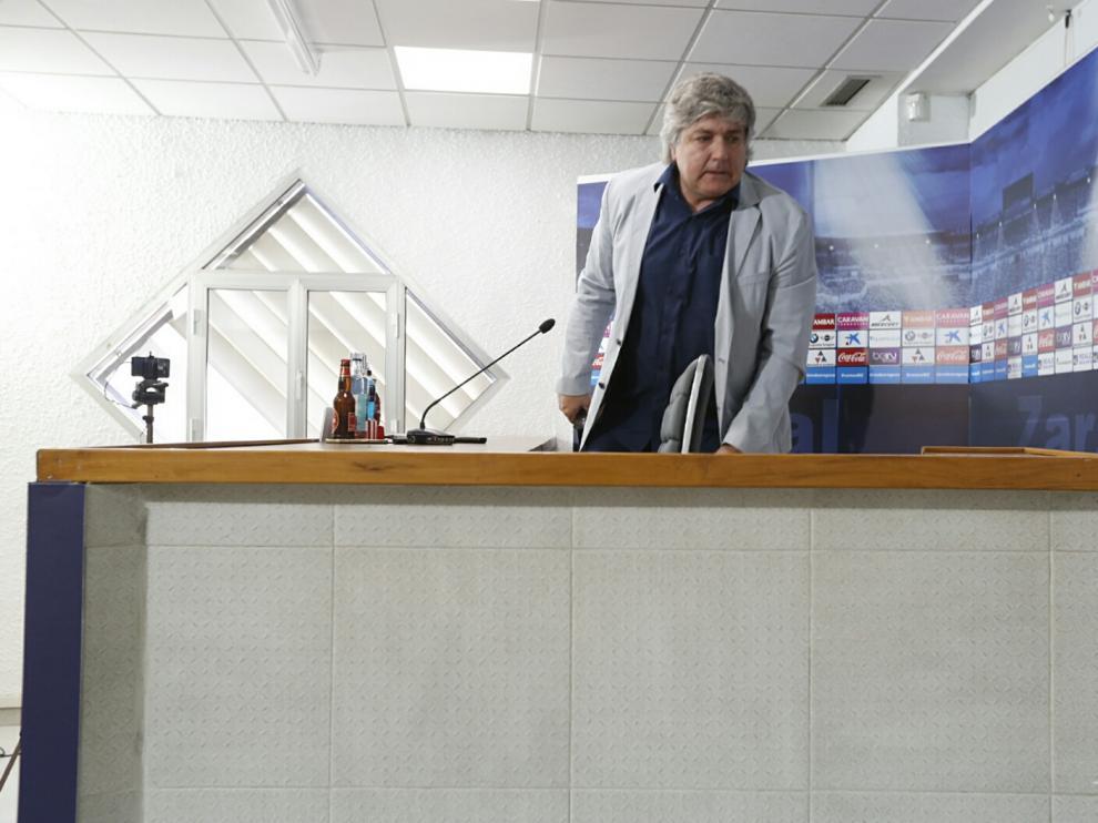 El director deportivo del Real Zaragoza, Narciso Juliá, en una rueda de prensa