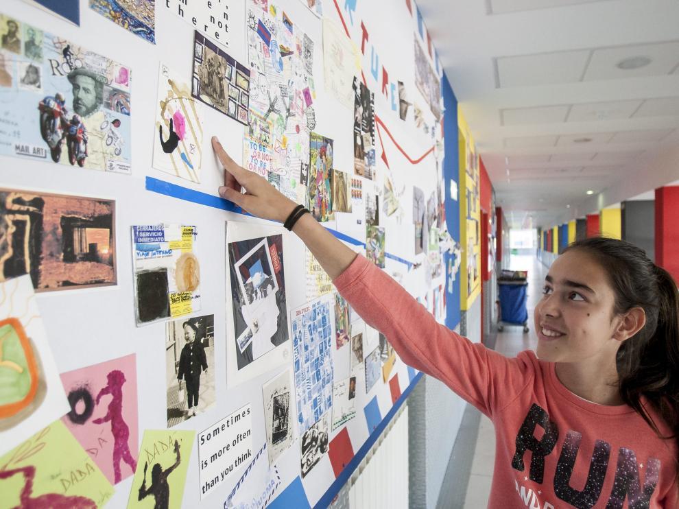 Paula Rodríguez y Sofía Borque enseñan las obras que han recibido en el IES con el 'mail art'.