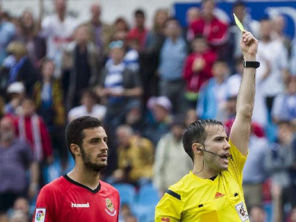 De la Fuente Ramos, tarjeta amarilla en mano el pasado domingo en La Romareda en el Real Zaragoza-Nástic de Tarragona.