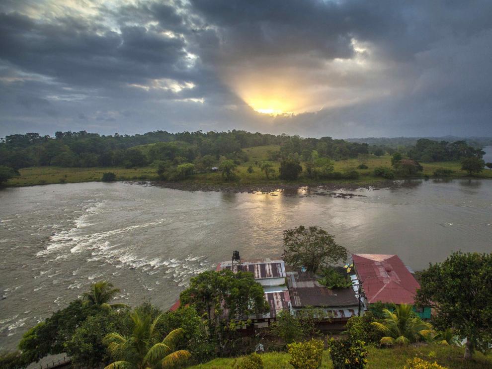 El sol asoma entre las nubes en un paisaje de Nicaragua.